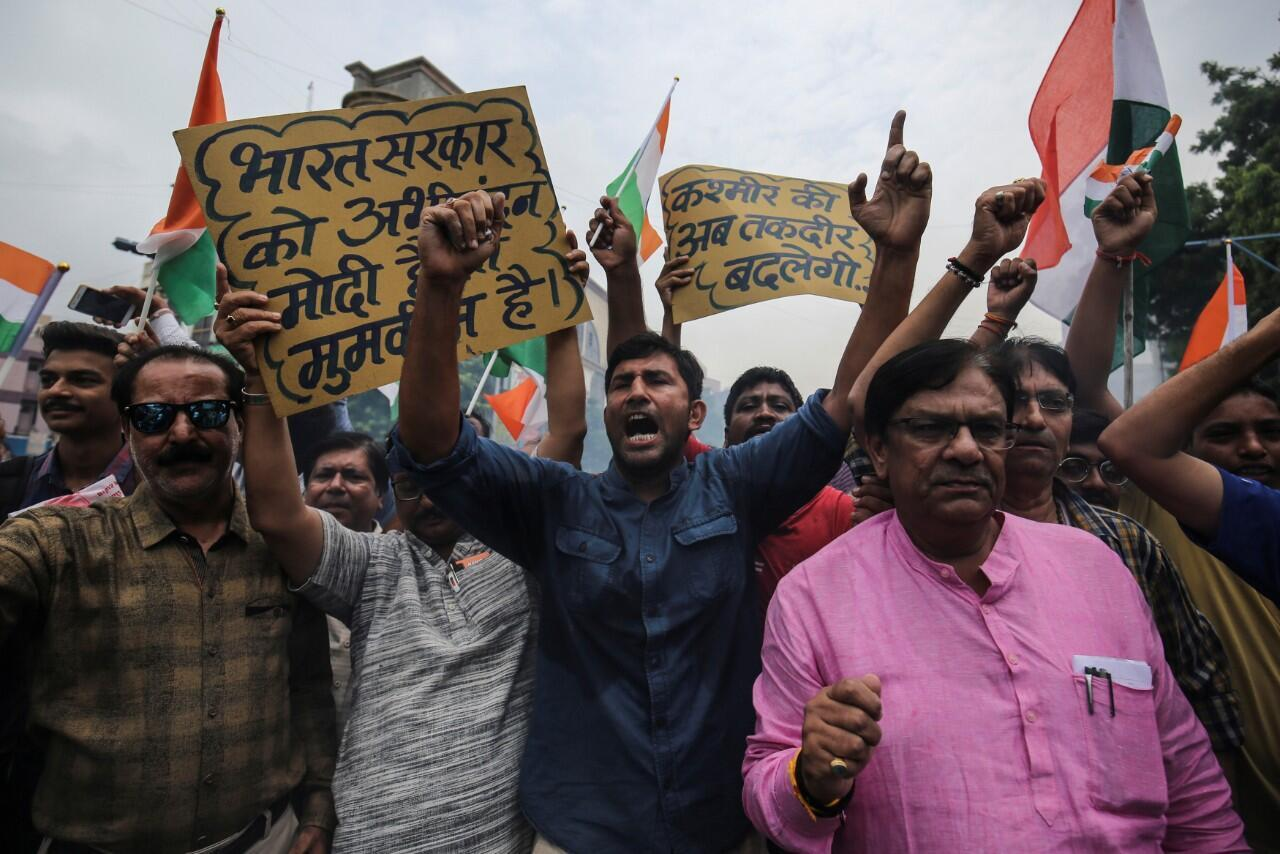 Ciudadanos mientras gritaban consignas en el estado especial de Cachemira, en Ahmedabad, India, el 5 de agosto de 2019.