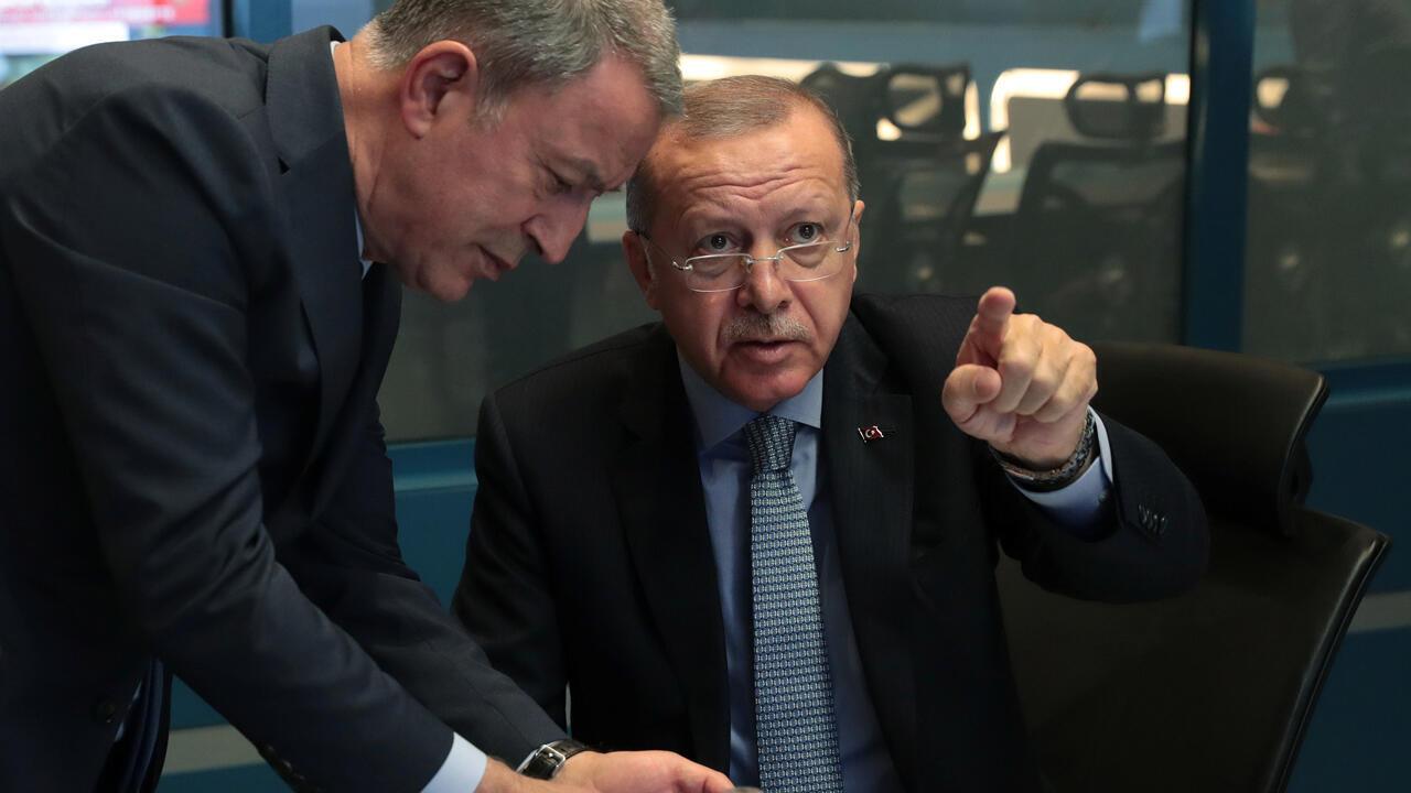 El presidente turco, Tayyip Erdogan, es visto con el ministro de Defensa, Hulusi Akar, en el centro de operaciones en Ankara, Turquía, el 9 de octubre de 2019.