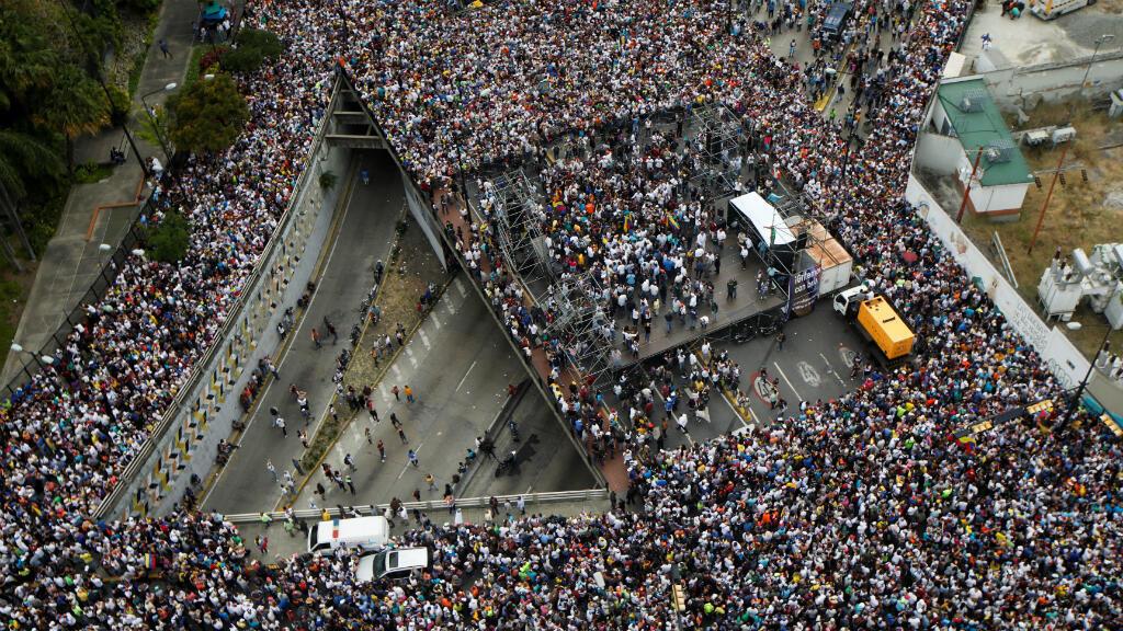 Partidarios de la oposición participan en una manifestación en contra del Gobierno de Nicolas Maduro, y para conmemorar el 61 aniversario del fin de la dictadura de Marcos Pérez Jiménez en Caracas, Venezuela, el 23 de enero de 2019.