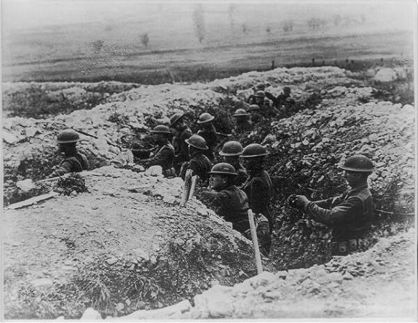 Des soldats américains dans les tranchées près de Verdun en 1918.