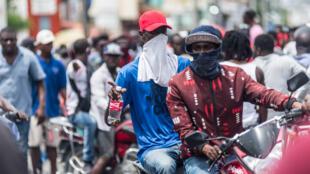 Manifestantes enmascarados protestan en apoyo de los agentes de policía en Puerto Príncipe, el 14 de septiembre de 2020
