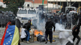 Manifestantes chocan con la policía durante una protesta en contra del Gobierno de Nicolás Maduro, en Caracas, Venezuela, el 23 de enero de 2019.