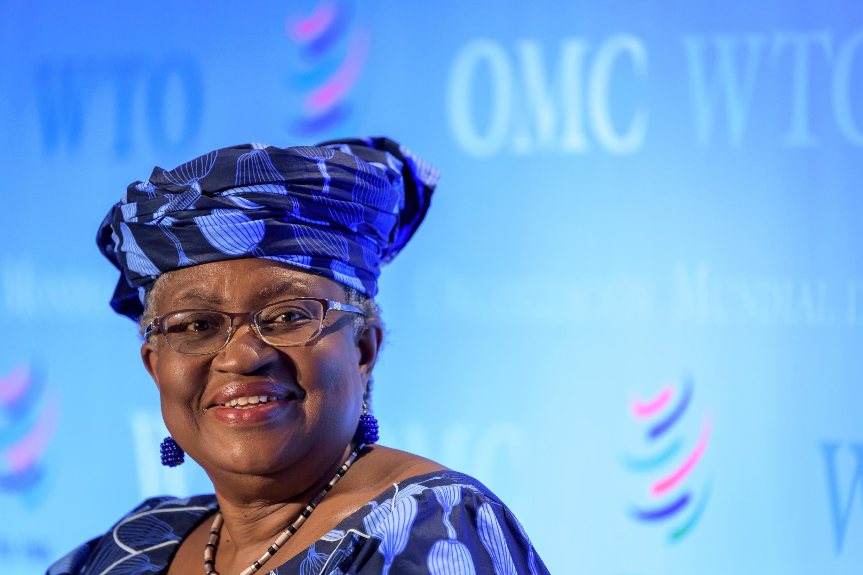 Foto tomada el 15 de julio de 2020 en Ginebra muestra a la exministro de Relaciones Exteriores y Finanzas de Nigeria, Ngozi Okonjo-Iweala,  durante una audiencia ante los representantes de los 164 estados miembros de la Organización Mundial del Comercio, durante el proceso de solicitud para dirigir al organismo.