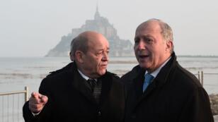 Laurent Fabius (à droite) accompagné de Bernard Cazeneuve au Mont-Saint-Michel le 21 mars.