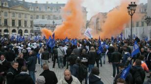 Des policiers manifestent devant le ministère de la Justice, à Paris, le 14 octobre 2015.