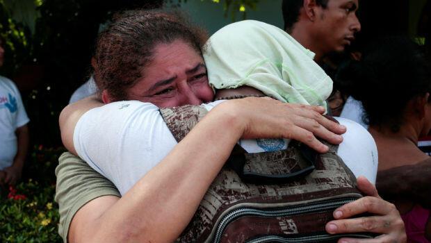 El abrazo de una mujer y su hijo liberado por la Policía tras haber sido arrestado por participar en una protesta en contra del gobierno del presidente Daniel Ortega en Managua, Nicaragua, el 13 de junio de 2018.