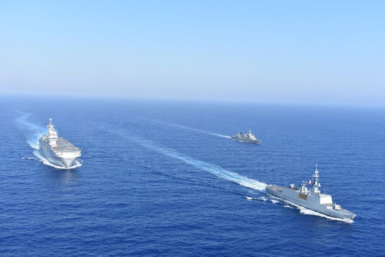 Buques griegos y franceses navegan durante un ejercicio militar conjunto en el mar Mediterráneo.