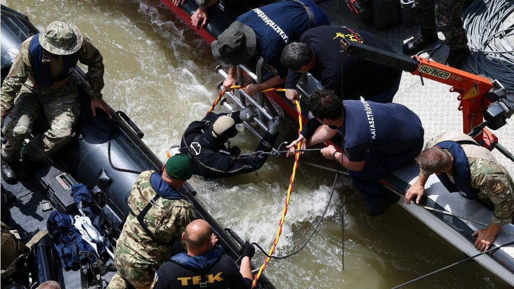 Un equipo de rescate ayuda a un buzo en el sitio del accidente, en el río Danubio en Budapest, Hungría. 31 de mayo de 2019.