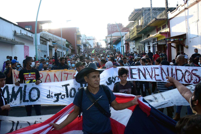 Miles de migrantes caminan en una caravana en Tapachula, estado de Chiapas, rumbo a Ciudad de México para solicitar asilo y refugio,  el 23 de octubre de 2021