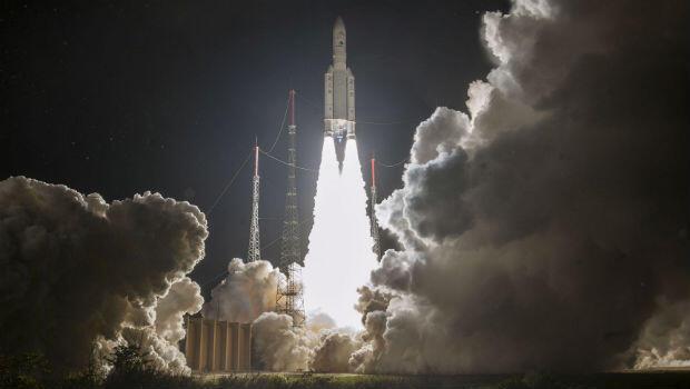 Foto distribuida por el Centro Nacional de Estudios Espaciales (CNES) muestra un cohete 'Ariane 5' que transporta la nave espacial BepiColombo, lanzada desde Kourou, Guayana Francesa, el 19 de octubre de 2018.