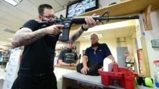 """معلم في مدرسة للرماية في كاليفورنيا يعرض كيفية استعمال بندقية """"أيه آر 16 الرشاشة"""" في 7 أيلول/سبتمبر 2018"""