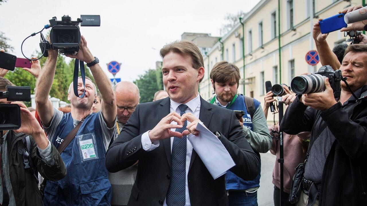 السياسي المعارض في بيلاروسيا مكسيم زناك يشير في مينسك. 21 أغسطس/آب 2020.