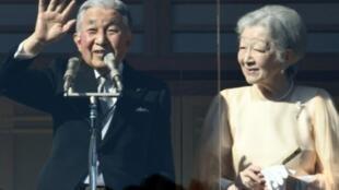أكيهيتو يحيي المحتشدين أمام قصر الإمبراطور في طوكيو بمناسبة عيد ميلاده الرابع والثمانين.