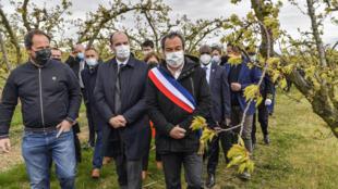 Le Premier ministre Jean Castex en visite dans une exploitation agricole d'abricots dans l'Ardèche, frappée par le gel, accompagné de l'exploitant Gilbert Pasquio (G) et du maire de Colombier-le-Cardinal Olivier De Lagarde (D) le 10 avril 2021 à Colombier-le-Cardinal
