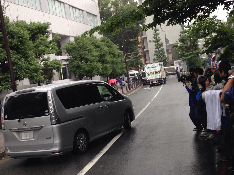Une voiture emmenant Julie Hamp d'un poste de police chez un juge japonais chargé de l'interroger.
