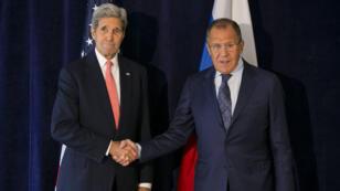 Le secrétaire d'État américain John Kerry (à g.) et le ministre des Affaires étrangères russe Sergueï Lavrov se sont rencontrés, le 27 septembre 2015 à New York.
