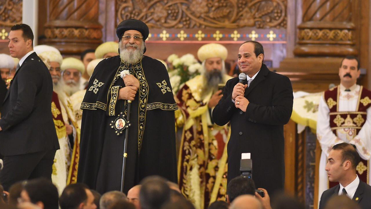 Le président égyptien Abdel Fattah al-Sissi et le pape copte orthodoxe Tawadros II inaugurent la cathédrale de la Nativité, près du Caire, le 6janvier2019.
