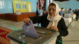 Una mujer vota en las elecciones parlamentarias de Afganistán en el centro de Kabul, el 20 de octubre de 2018.