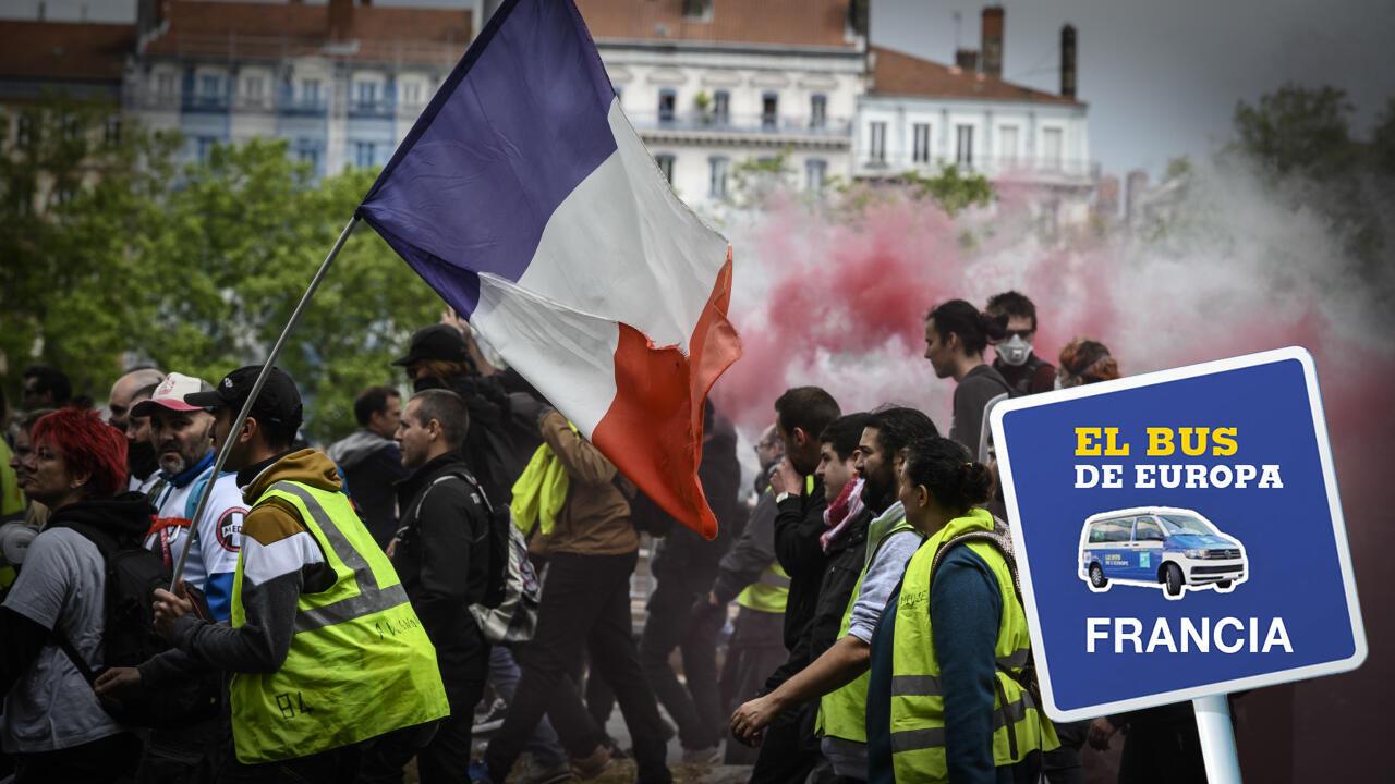 Unos manifestantes con una bandera francesa participan de una protestas antigubernamental convocada por el movimiento los 'Chalecos Amarillos' ('Gilets Jaunes') en Lyon, en el centro-este de Francia, el 11 de mayo de 2019.