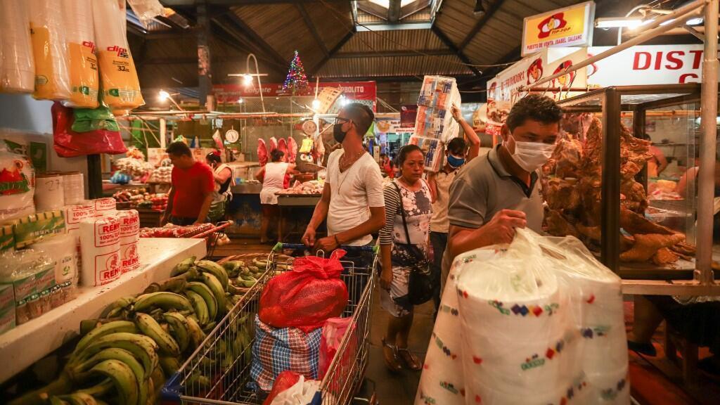 El Gobierno sigue instando a sus ciudadanos a que mantengan un ritmo de vida normal, aunque algunos ya han empezado a usar tapabocas por su cuenta. Imagen de un mercado en funcionamiento en Managua, Nicaragua. El 7 de abril de 2020.