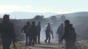 صورة ثابتة ملتقطة من مقطع فيديو حصلت عليه رويترز وتم تصويره في 2 مارس / آذار 2020 جنودا سوريين يمشون وهم يتقدمون في بلدة كفر نابل، سوريا.