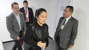 Keiko Fujimori junto a su esposo, Mark Vito, en la sala penal en la que se llevó a cabo la lectura de la resolución de prisión preventina el 31 de octubre de 2018 en Lima, Perú.
