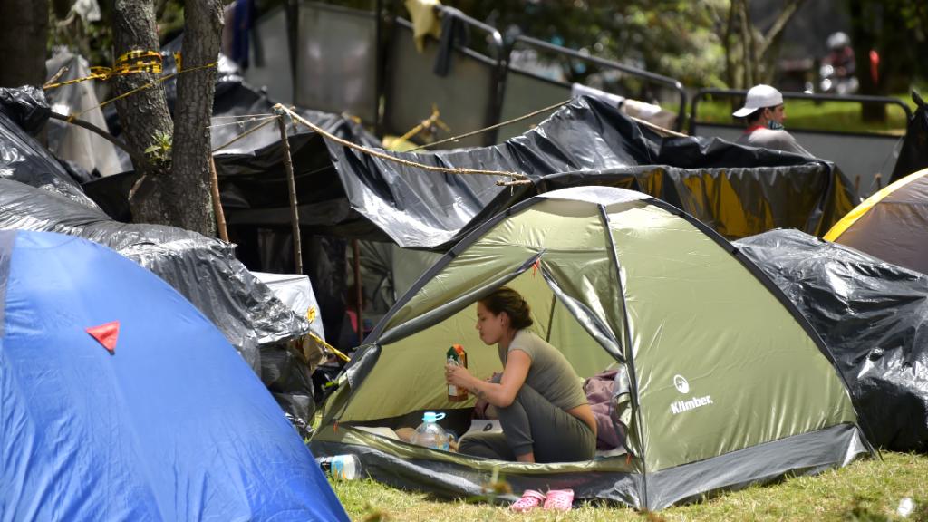 Migrantes venezolanos acampan en Bogotá, capital de Colombia, a la espera de poder volver a su país.