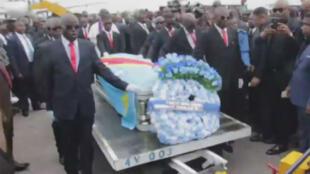 Le cercueil blanc de Papa Wemba a été recouvert d'un drapeau de la RDCongo.