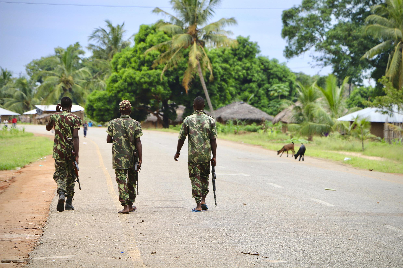 Des soldats patrouillent près du port de Mocimboa da Praia, contrôlé depuis mercredi 12 août par des terroristes.