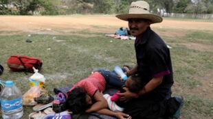 Los migrantes centroamericanos toman un descanso del viaje mientras van a Estados Unidos, Oaxaca, México, 3 de abril de 2018.