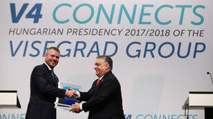 Poignée de main entre le Premier ministre hongrois, Viktor Orban, et le président slovaque, Peter Pellegrini, tous deux membres du V4, le 21 juin 2018 à Budapest.
