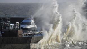 La tempête Carmen qui a frappé les côtes bretonnes, dimanche 31 décembre 2017, a fait un mort.