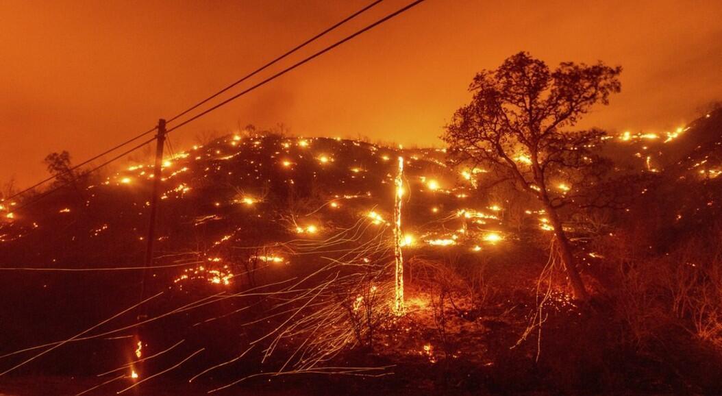 Las llamas arden a lo largo de una colina, mientras los incendios del Complejo de LNU arrasan en Napa, California, el martes 18 de agosto de 2020.