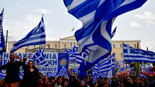 Une marée de drapeaux grecs était déployée dimanche sur la place Syntagma d'Athènes.