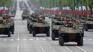 Blindés de l'armée française défilant sur les Champs Élysées le 14 juillet 2014.