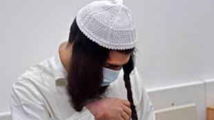 المستوطن الإسرائيلي عميرام بن أوليئيل ينتظر في محكمة اللد في 18 أيار/مايو 2020 قرار المحكمة المتعلق بقضية حرق عائلة دوابشة الفلسطينية في العام 2015