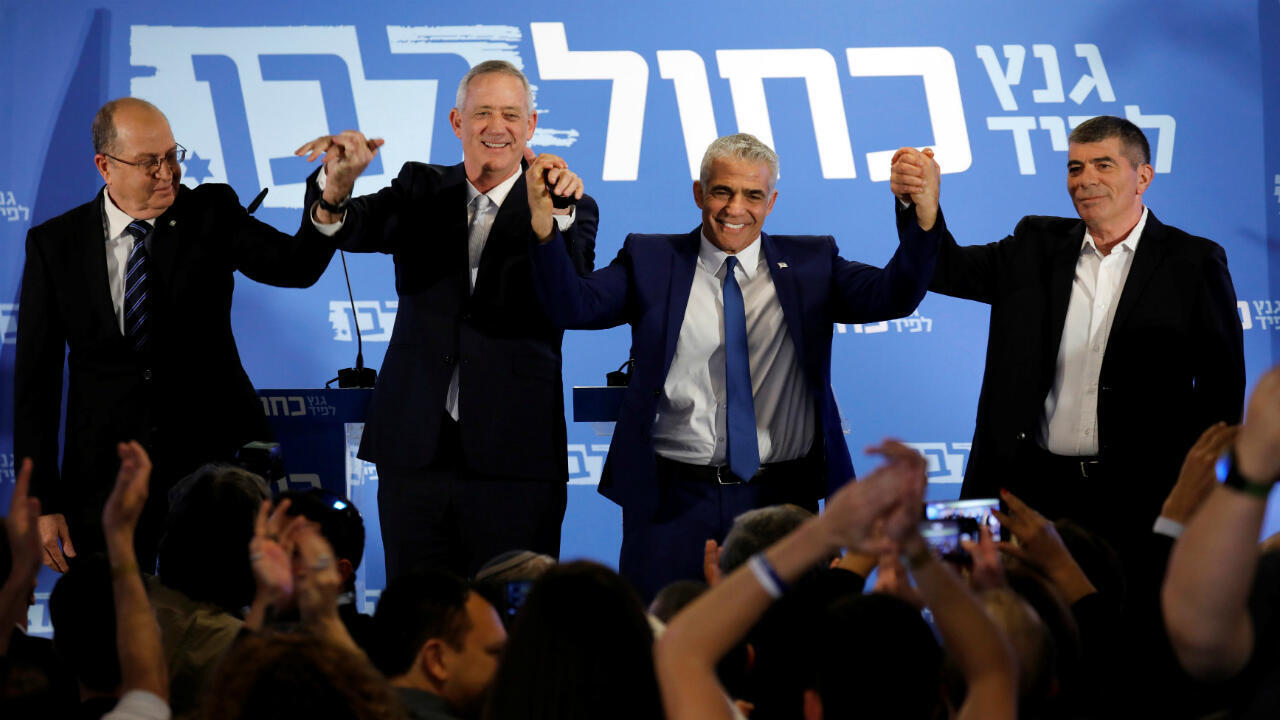 Los candidatos Benny Gantz y Yair Lapid, Moshe Yaalon y Gaby Ashkenazy, celebran el anuncio de la formación de una coalición para las elecciones parlamentarias, en Tel Aviv, Israel, el 21 de febrero de 2019.