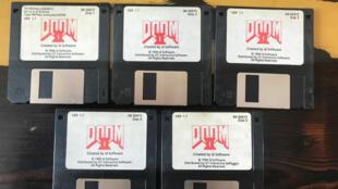 """Ces copies sur disquette de """"Doom II"""" ont été mises à la vente par le papa du jeu, John Romero."""
