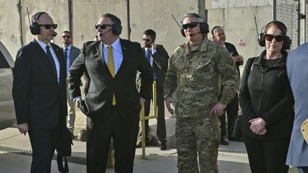 El Secretario de Estado de Estados Unidos, Mike Pompeo y su esposa Susan esperan para abordar un helicóptero en la embajada de EE. UU. en la terminal del Aeropuerto Internacional de Bagdad, el 9 de enero de 2019, en la capital iraquí.