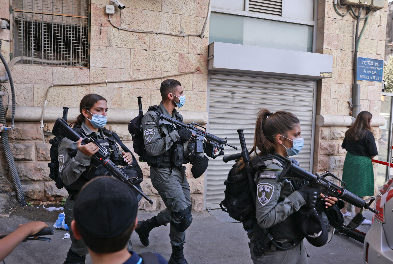 شرطيون إسرائيليون في منطقة هجوم بالطعن في القدس في 13 أيلول/سبتمبر 2021