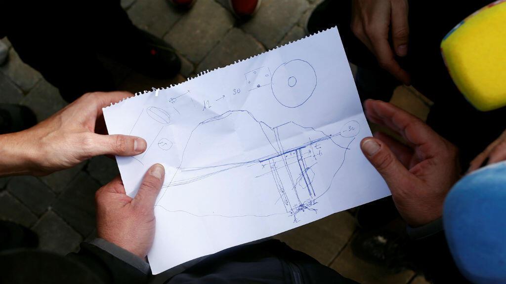 Ángel García, ingeniero civil de Málaga, muestra un papel a los periodistas con un dibujo que muestra el área donde Julen, un niño español de dos años de edad, cayó en un pozo y las posibilidades para rescatarlo.