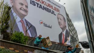 """ملصقة في إسطنبول تظهر صورة الرئيس رجب طيب أردوغان إلى جانب مرشح حزب """"العدالة والتنمية"""" لمنصب رئيس بلدية المدينة بن علي يلدريم"""