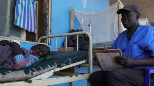 Es uno de los médicos más conocidos de su país, Sudán del Sur. En octubre pasado, el Dr. Evan Atar Adaha ganó el Premio Nansen otorgado por el Alto Comisionado de las Naciones Unidas para los Refugiados (ACNUR), que reconoce a las principales figuras humanitarias. Con razón.