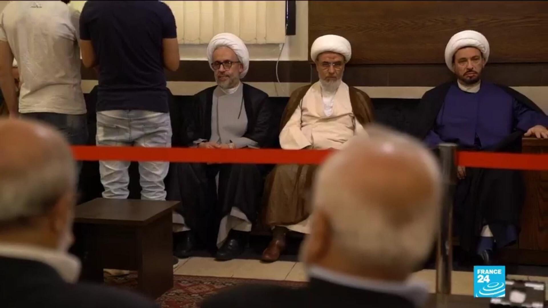 À Beyrouth, des dignitaires chiites attendent le discours du secrétaire général du Hezbollah, Hassan Nasrallah.