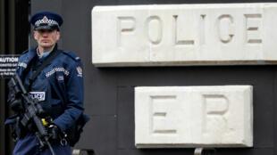 Un policier armé devant la Haute Cour de justice de Christchurch, le 5avril2019.