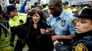 Florence Hartmann lors de son arrestation à La Haye, jeudi 24 mars.