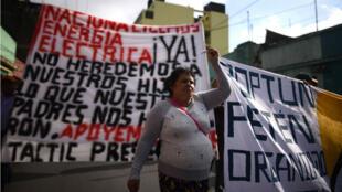 Decenas de campesinos e indígenas protestaron el 24 de abril en Guatemala para pedir la renuncia del presidente Jimmy Morales.