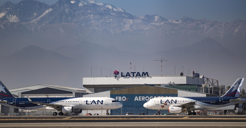 Aviones de la aerolínea Latam estacionados en la pista del Aeropuerto Internacional de Santiago, en Chile, el 26 de mayo de 2020