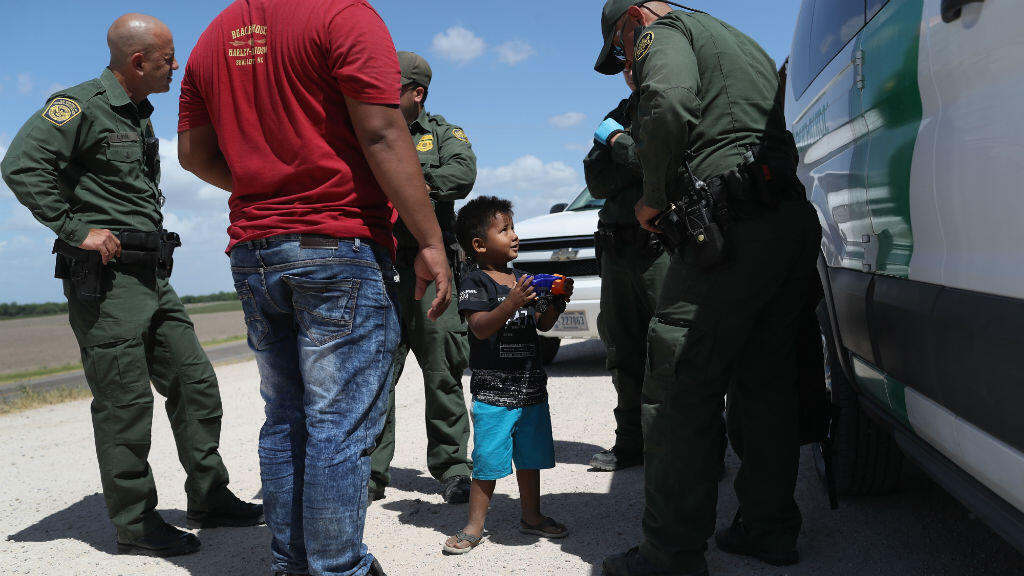 Le 12 juin 2018, un enfant et son père, originaires du Honduras, arrêtés à la frontière mexicaine.