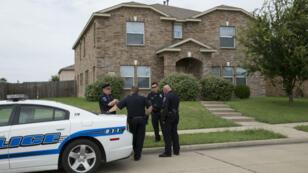 Des policers de la ville de Mesquite, au Texas, devant la maison de Micah Johnson, le 9 juillet 2016, deux jours après qu'il a tué cinq policiers à Dallas.